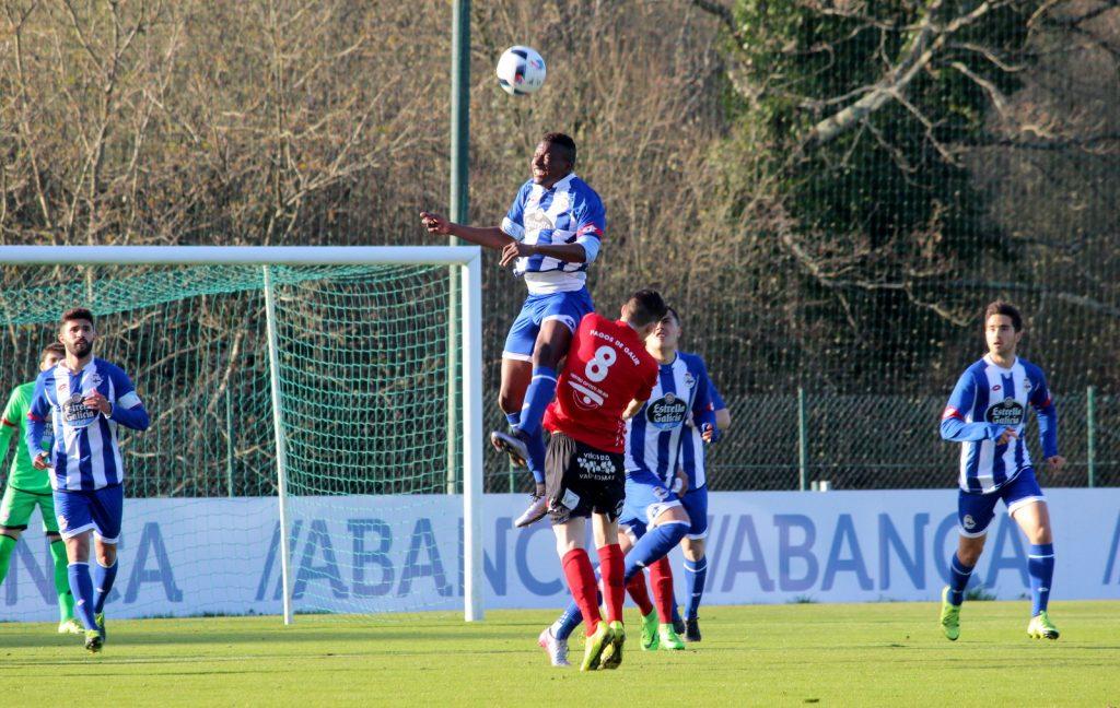 Borja lucha un balón por alto con un jugador del Fabril