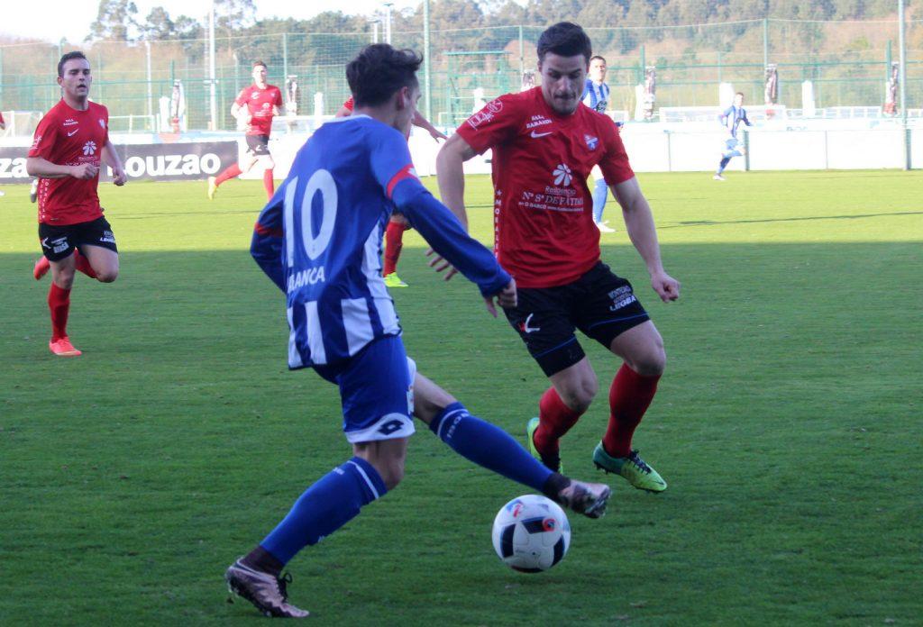 Alex Pantoja trata de robar el balón a un jugador del Fabril