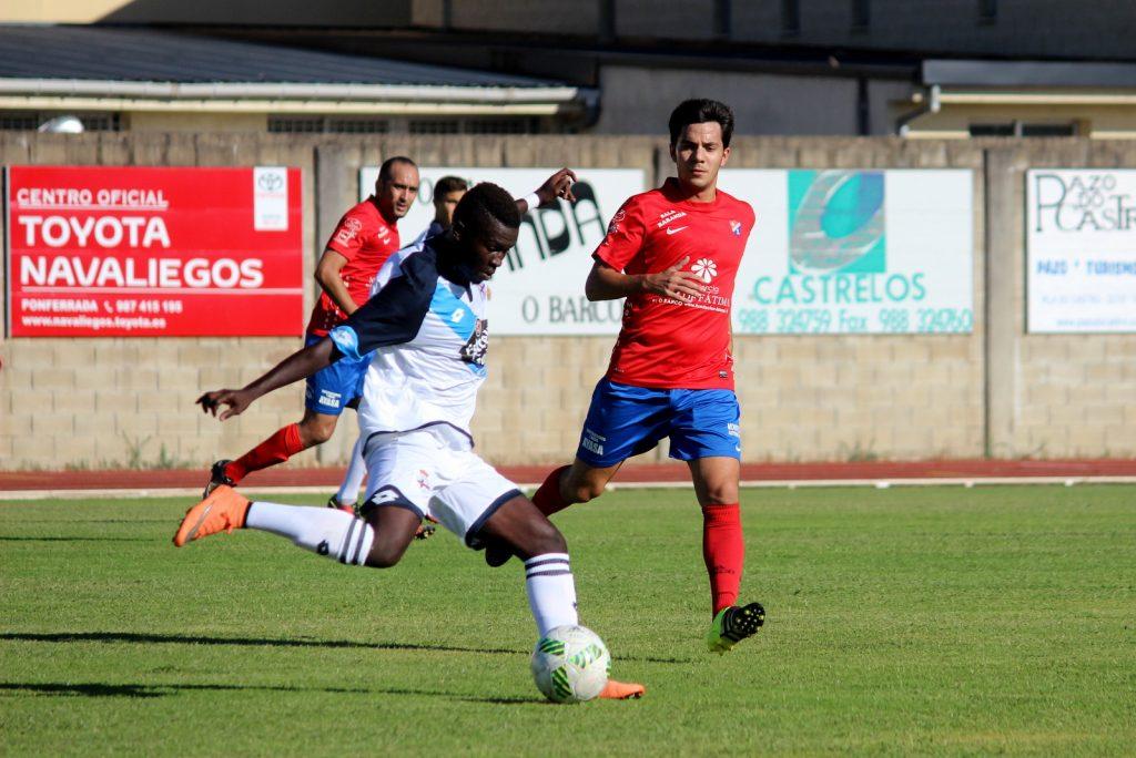Bamba trata de sacar el balón jugado ante la mirada de David Álvarez