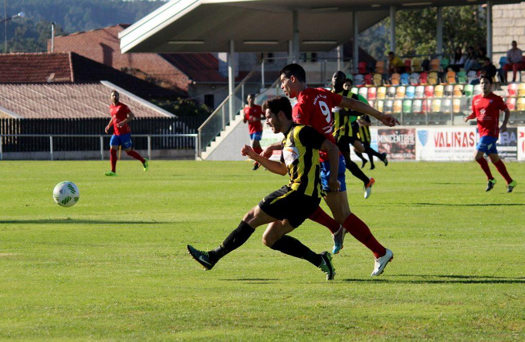 Javi Ballesteros lucha por el balón