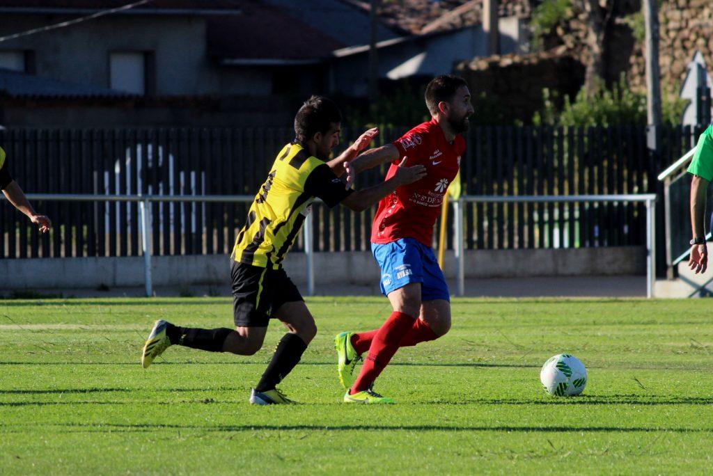 Rubén García trata de irse de un jugador local