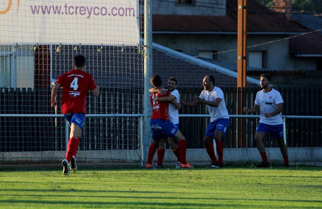Ivi Vales celebra con Brais Meco el gol de la victoria