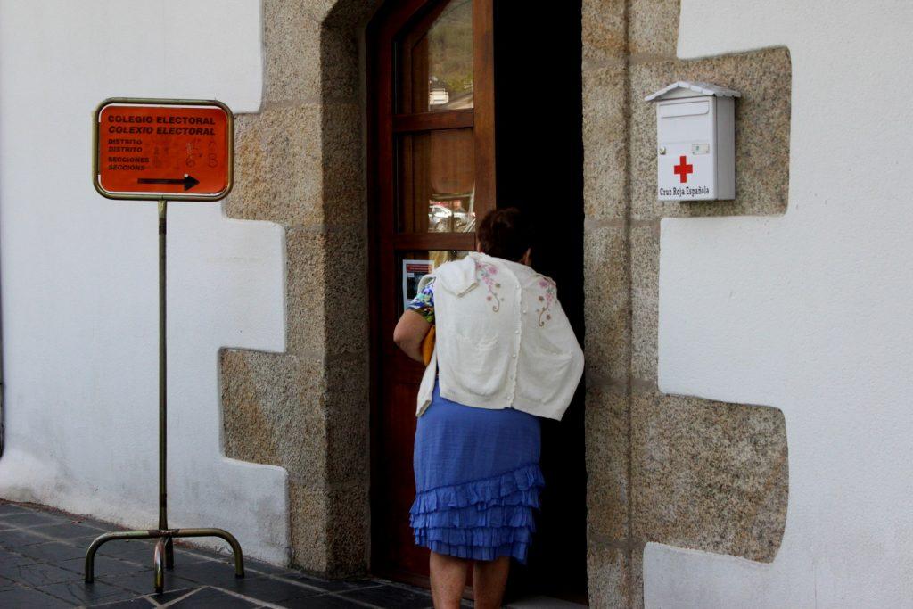 Votante entrando en el colegio electoral