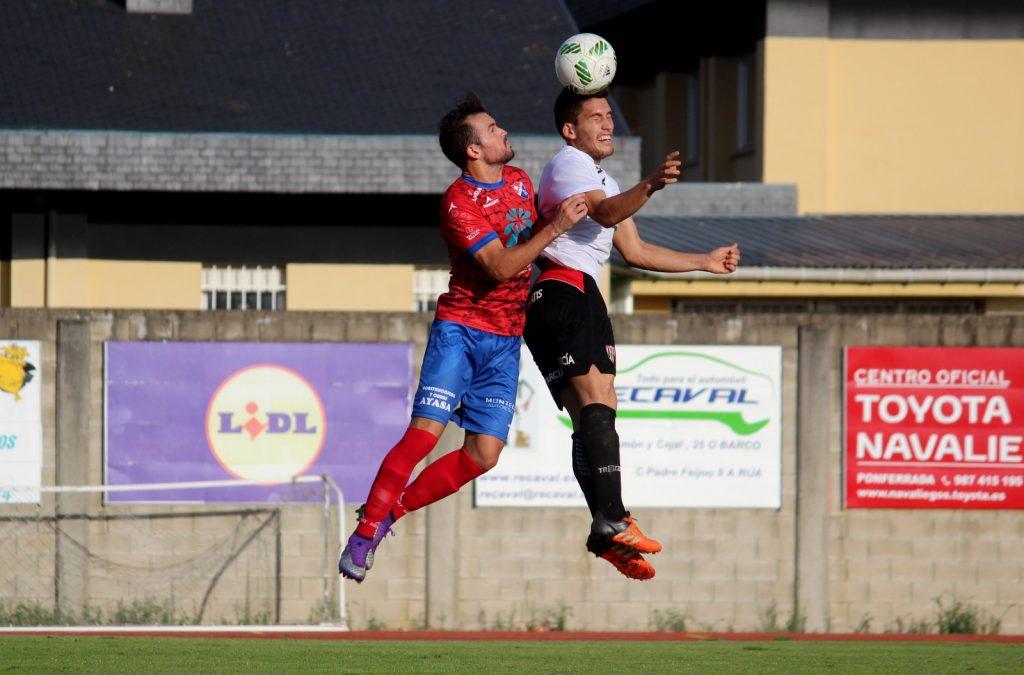 Alex Expósito lucha un balón por alto