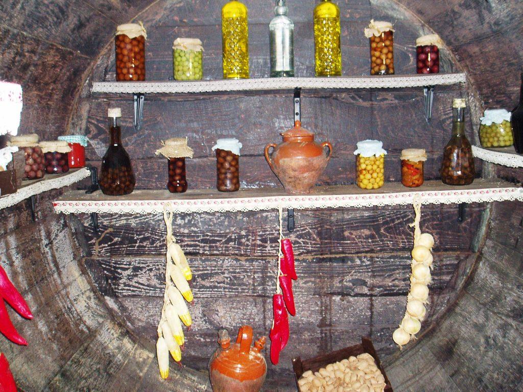 Interior de la cuba de vino convertida en despensa