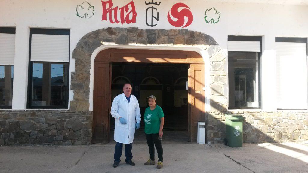 Julio Ricarte, el enólogo, a la puerta de la cooperativa