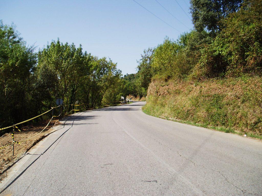 La carretera y en un extremo la señalización de obras de la nueva vía