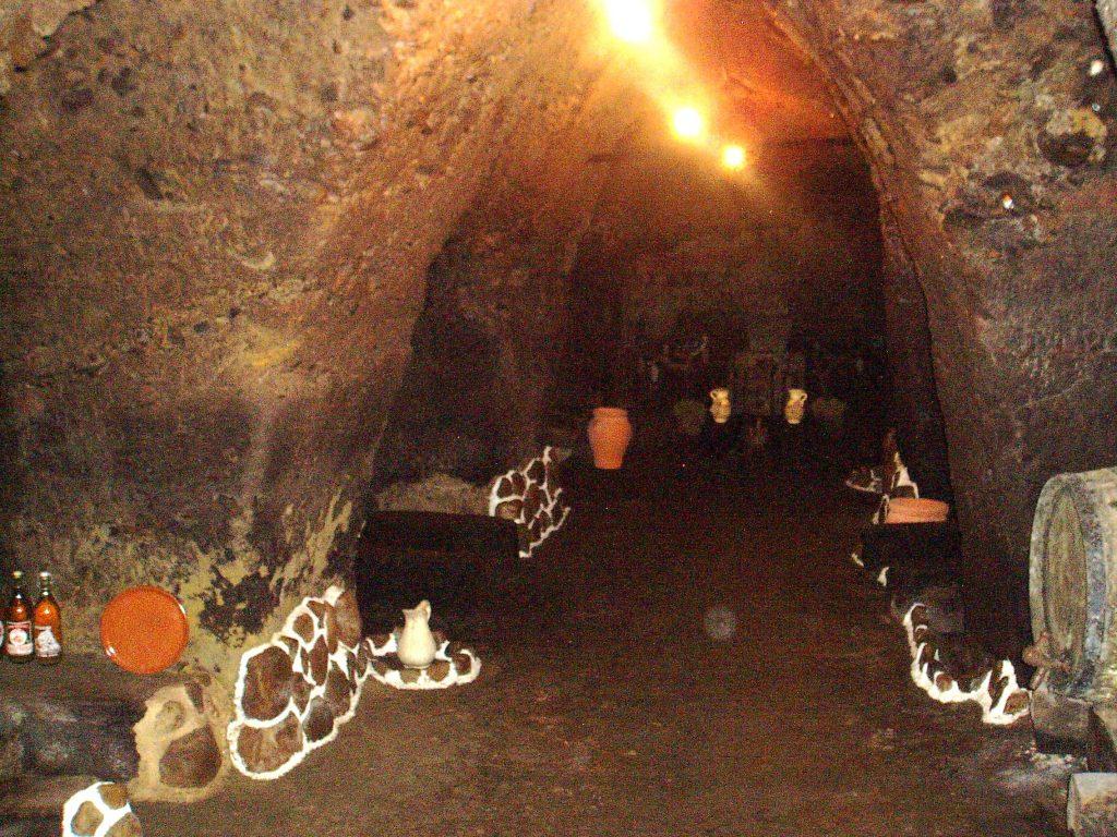 La planta inferior de la bodega, la cova escarpada en la roca