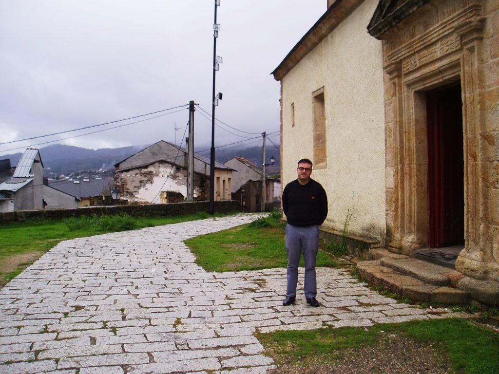 Manuel Martínez, frente a la iglesia de San Esteban, viajará a Andalucía para encargar la confección del nuevo traje de San Juan