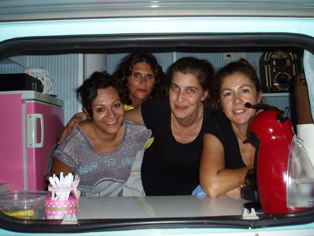 Natalia Crspo, de O Barco, con sus compañeras en la caravana
