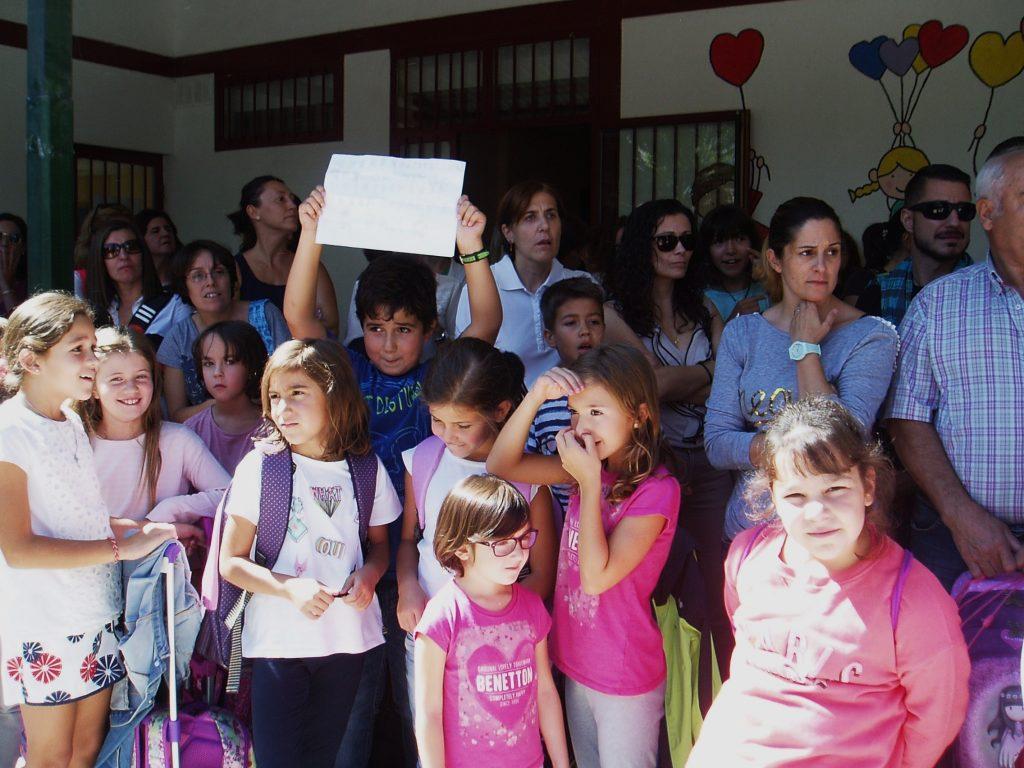 Niños con su propio cartel