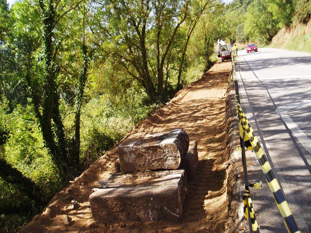 Obras para la apertura de la vía para los peregrinos en un extremo de la OU-536
