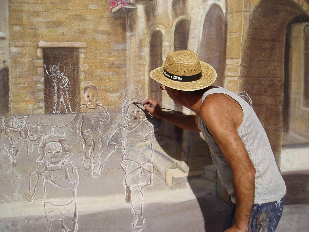 Pintando y dibujando los niños del mural