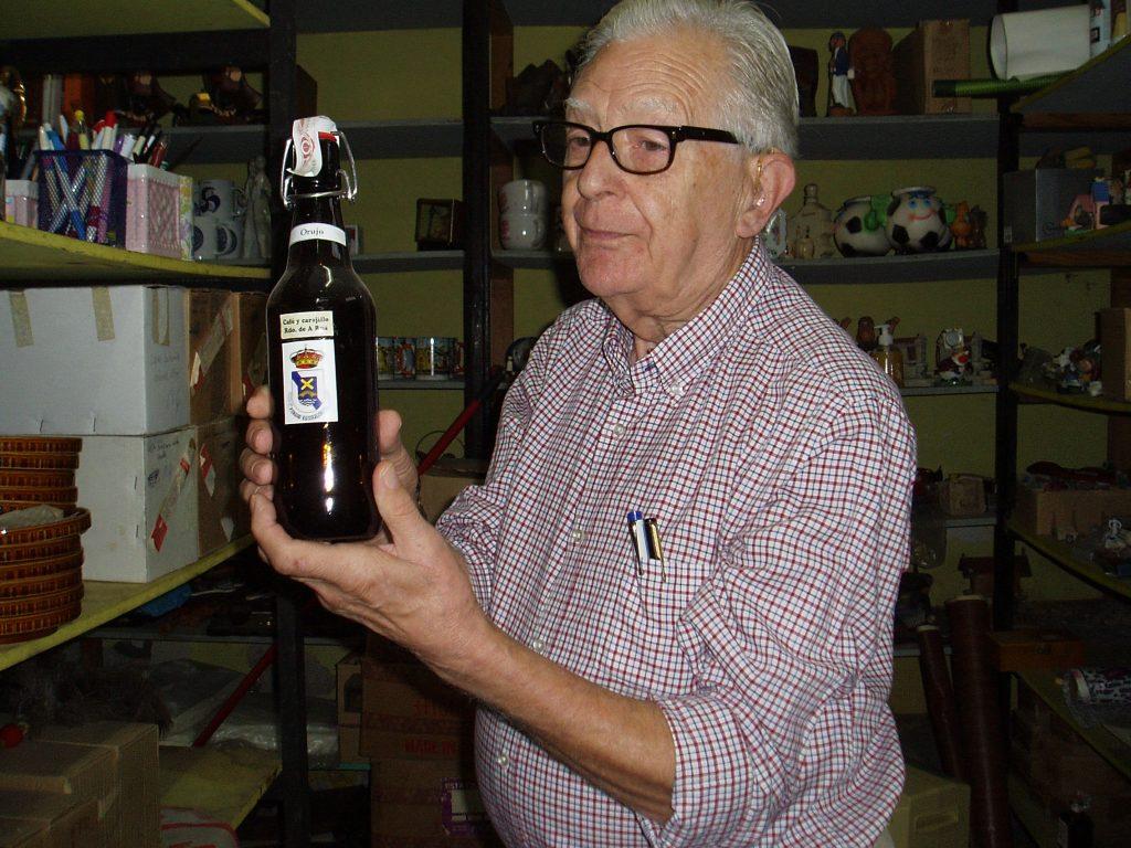Ricardo Yagüe con un souvenir de carajillo de A Rúa