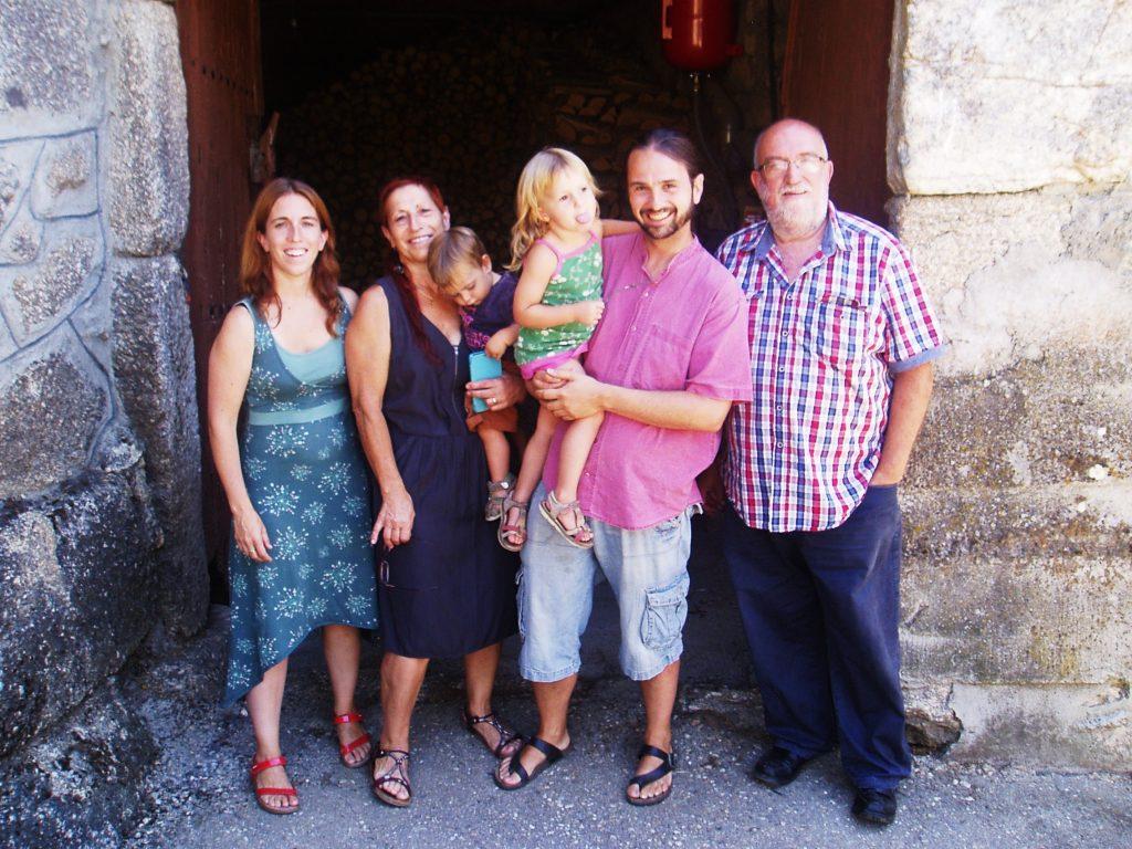 Teresa Vázquez Vizcaya (la segunda por la izquierda) con su familia catalana