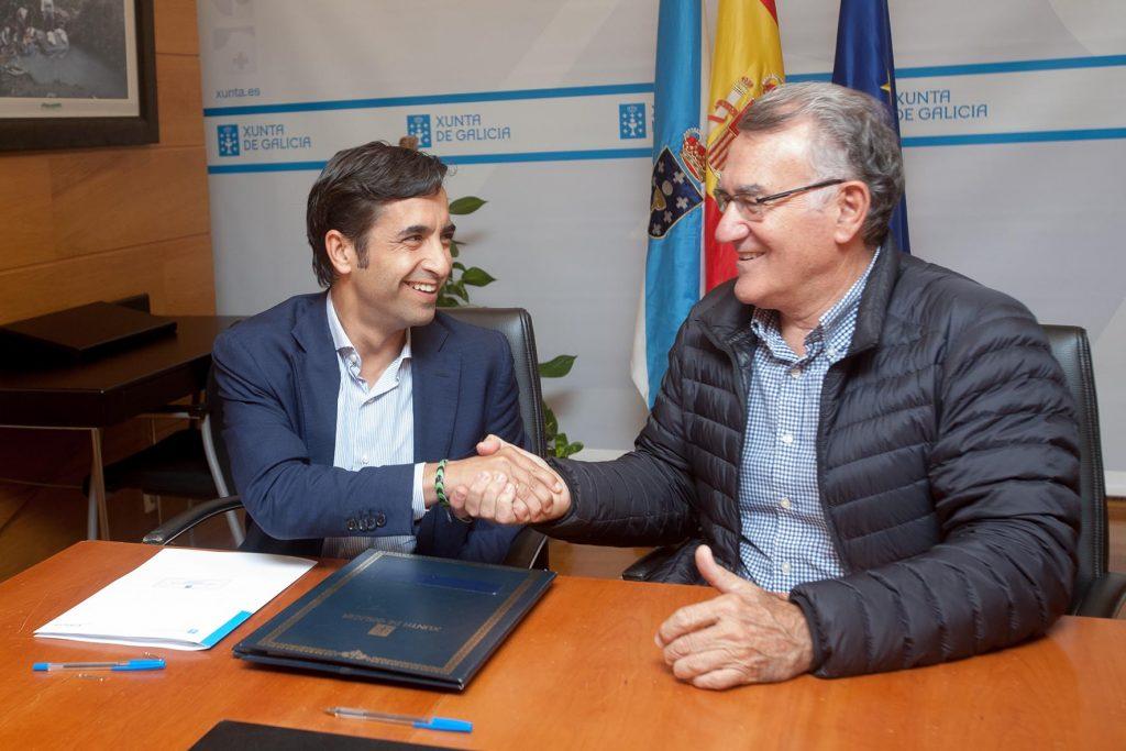 O conselleiro de Política Social, José Manuel Rey Varela, asinará un convenio de colaboración co alcalde do Barco de Valdeorras, Alfredo L. García Rodríguez, para a xestión do centro de día. No despacho do conselleiro. foto xoán crespo 13/09/16