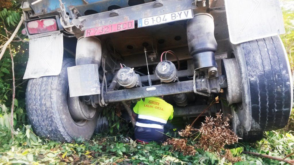 desajustando-piezas-para-sacar-con-grua-el-camion