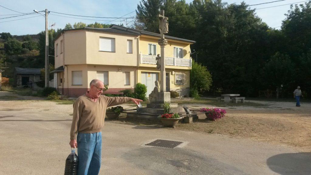 Vecino que expuso la queja mostrando un tramo en tierra del barrio