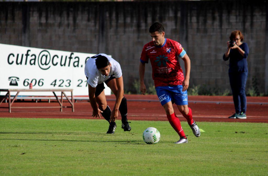 Javi Recamán lucha por el balón ante David Castro