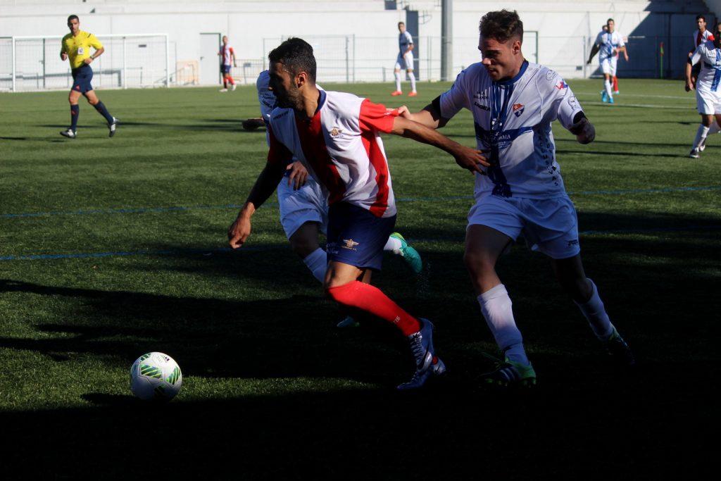 Óscar Loza presiona a un jugador del Alondras