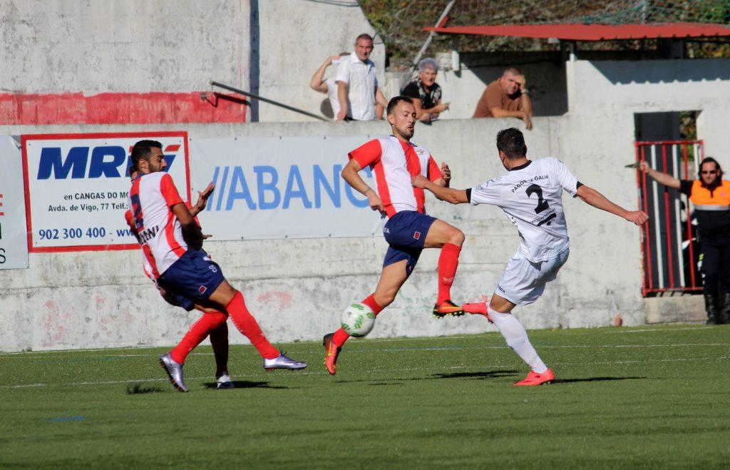 Andrés y Tubo tratan de parar el chut de Cristóbal Juncal