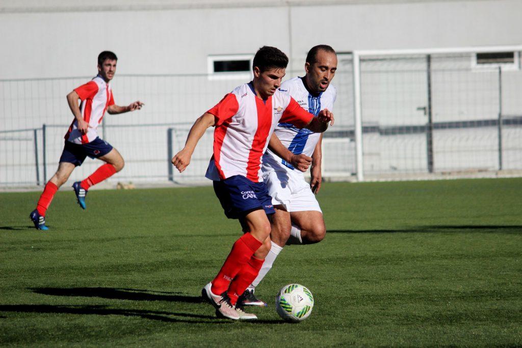 Adil presiona a un jugador del Alondras el pasado domingo
