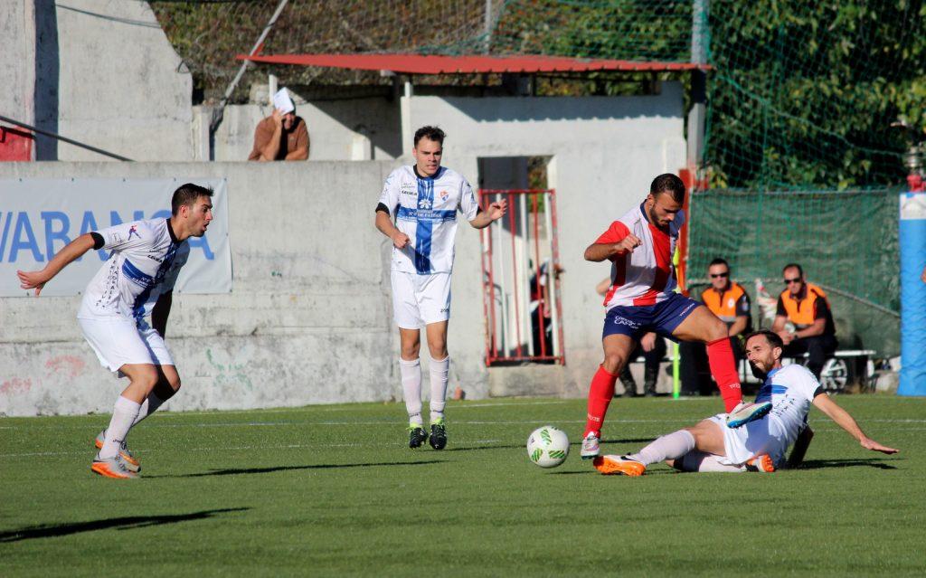 Rubén García hace una entrada sobre un jugador local ante la mirada de Pablo Corzo
