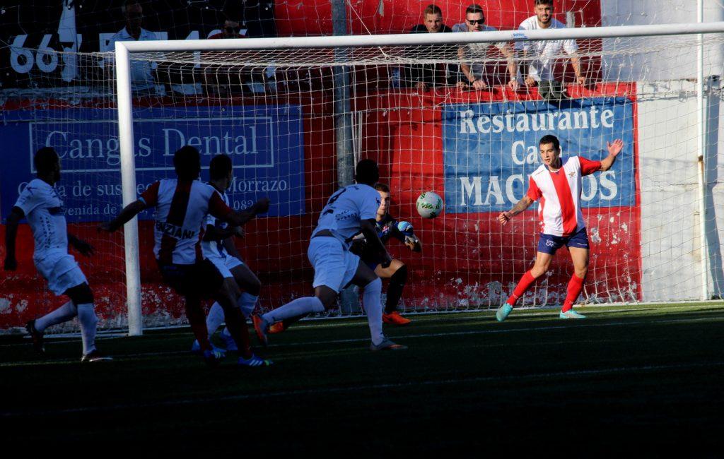 Óscar Santin atrapa el disparo de Mauro