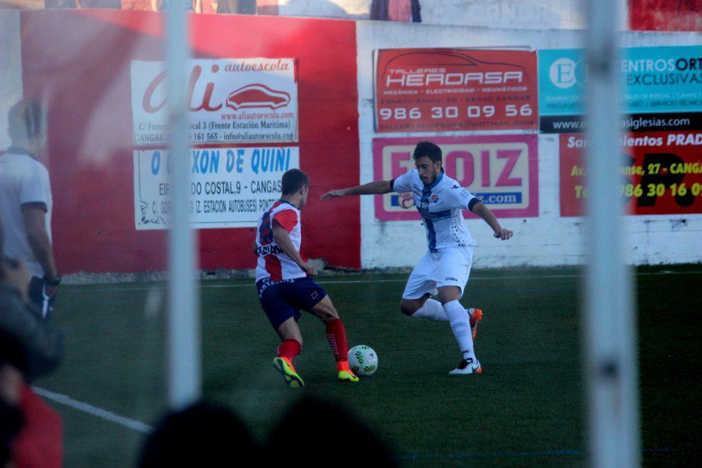 Adri Ramos trata de defender una jugada