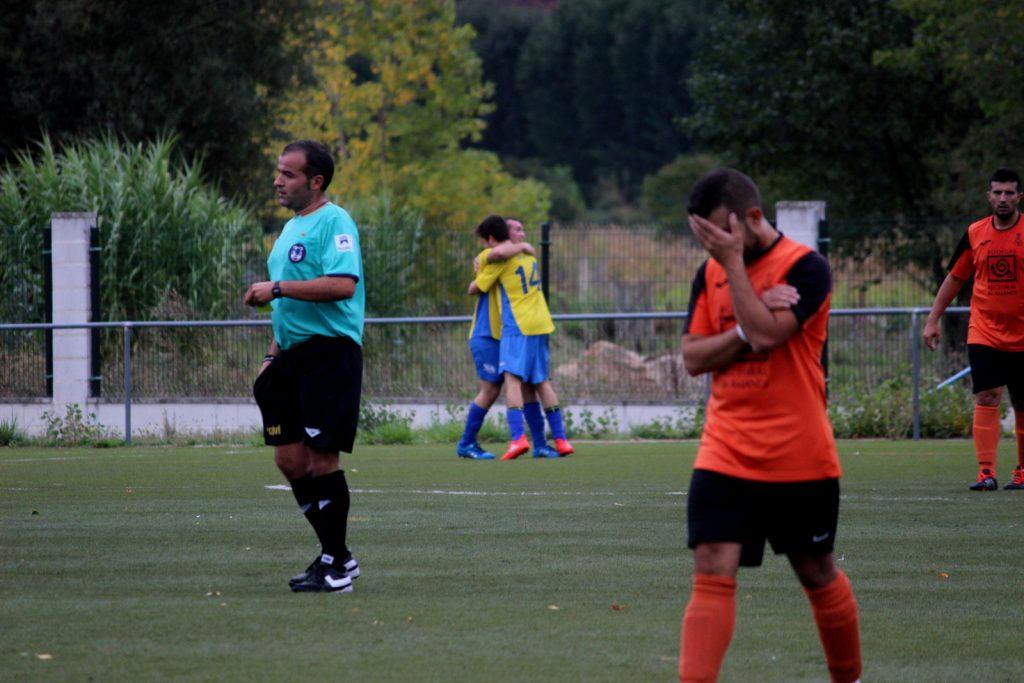 Los jugadores del Rúa celebran el 3 a 0 ante los lamentos de un jugador visitante