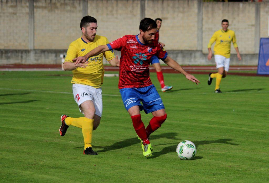 Rubén García lucha por el balón