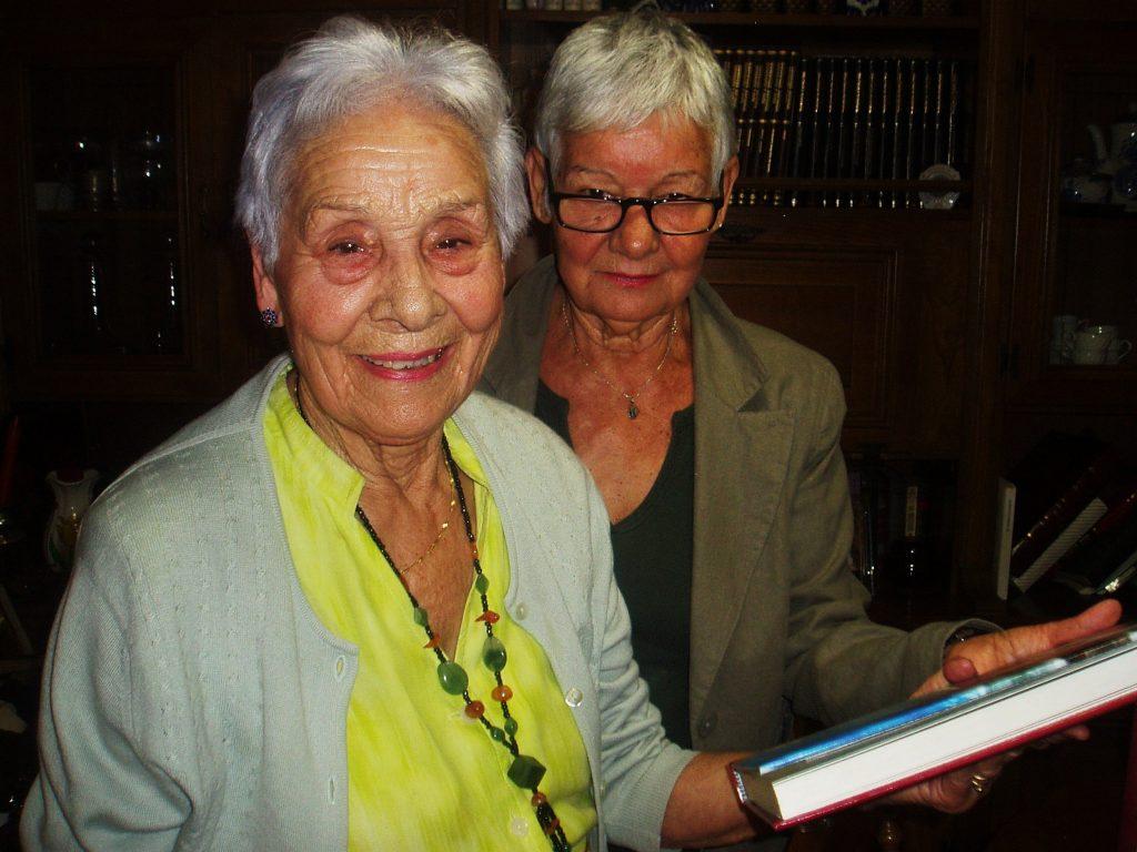 Josefa Álvarez Quiroga con su hija, Charo Álvarez, que le ayuda en la confección del libro
