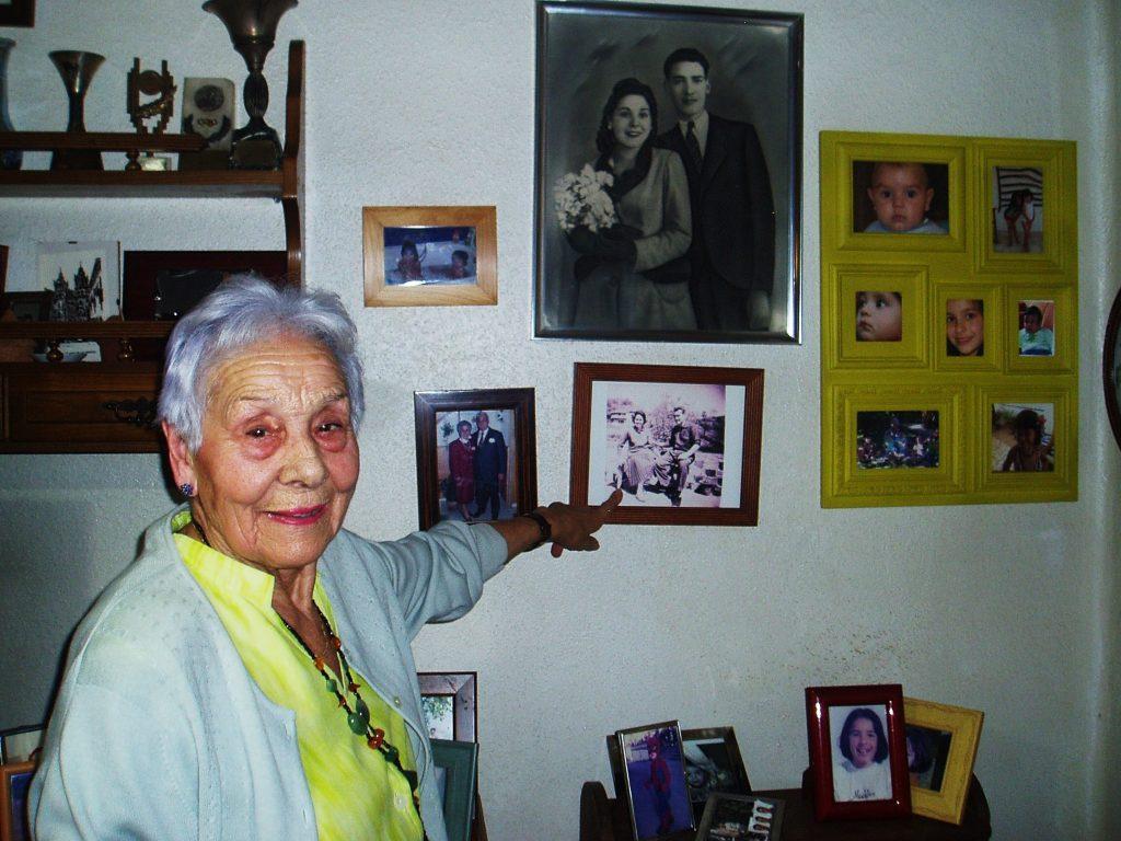 Josefa Álvarez rodeada de fotos antiguas, de sus hijos, nietos y biznietos