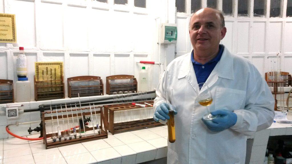 Julio Ricarte con el nuevo vino de postre en la mano