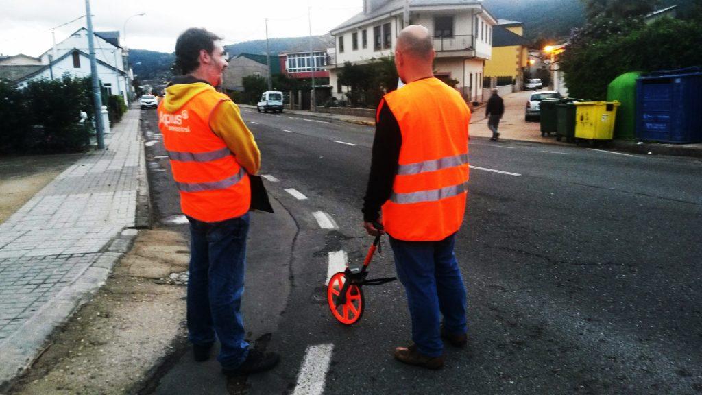 Los dos operarios revisando la OU-603 de A Rúa