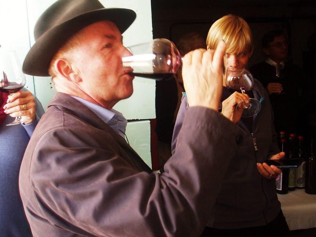 Un sumiller degustando el vino en La Perdida de Larouco