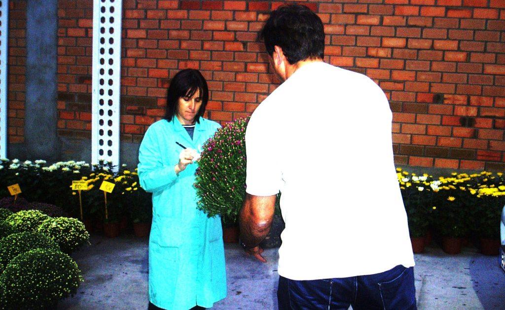 Un vecino comprando su planta