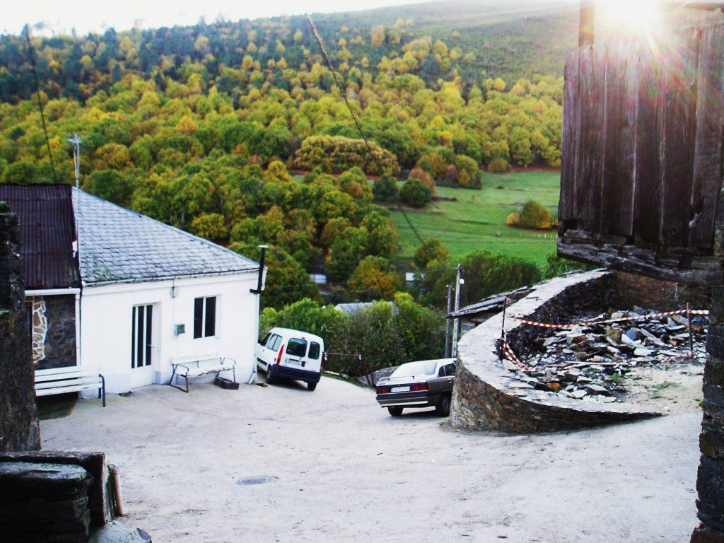 A la derecha de la plaza actual de Cernego fue demolida una vivienda para remodelar en el futuro la plaza