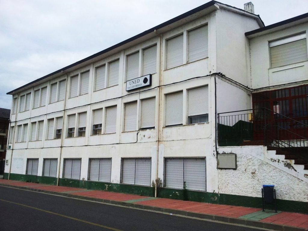 Colegio Manuel Respino donde está la UNED de Valdeorras