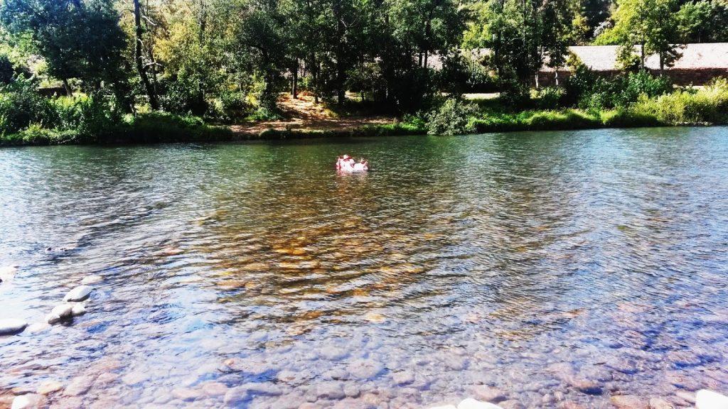 Un bañista este verano 2016 sobre su colchoneta