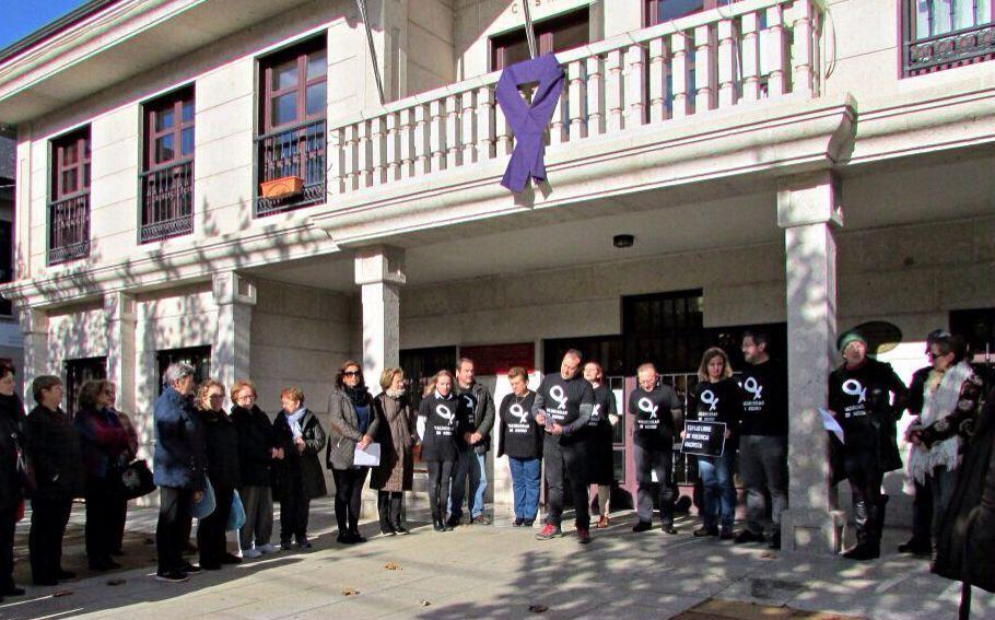 Concentración contra la violencia de género ante la Consistorial de A Rúa