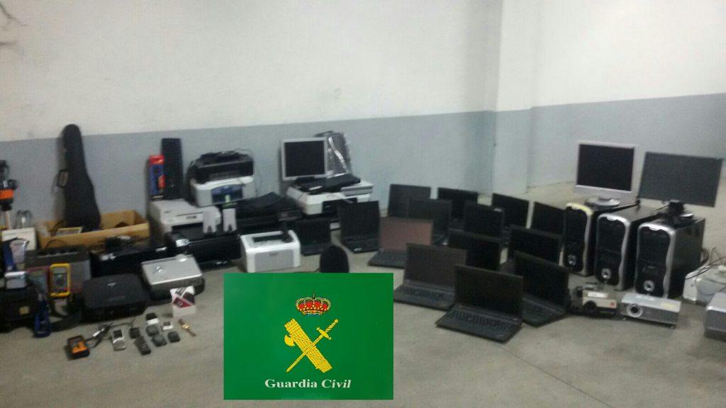 Efectos que localizó la Guardia Civil en un garaje