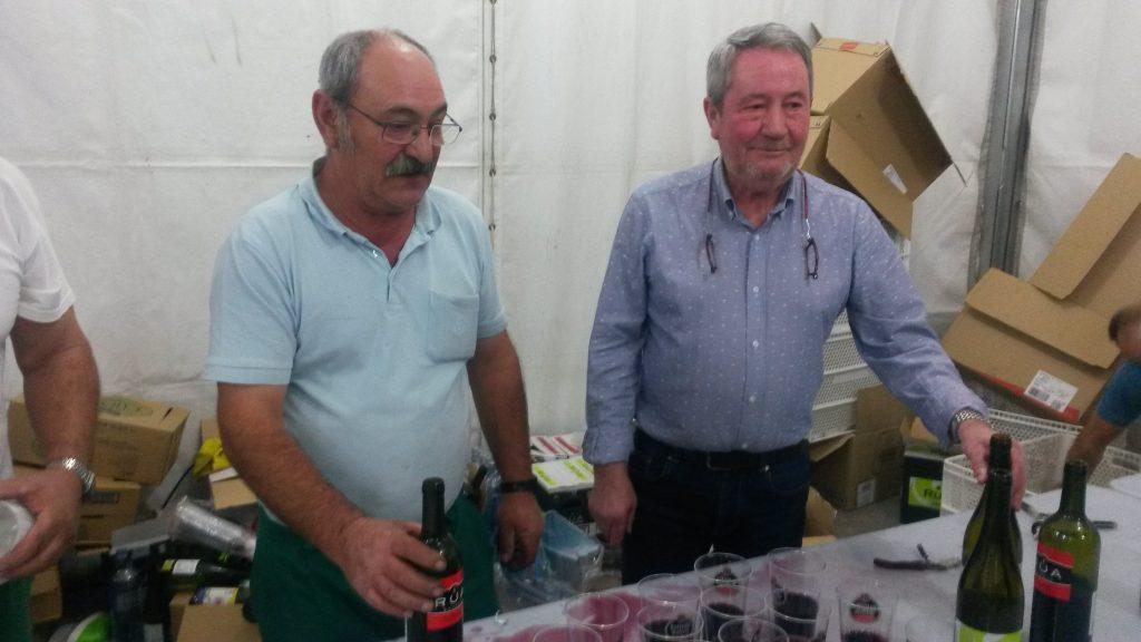 El concejal Carlos Diéguez Aristegui  en la mesa de entrega de las catañas, chorizos y bebida