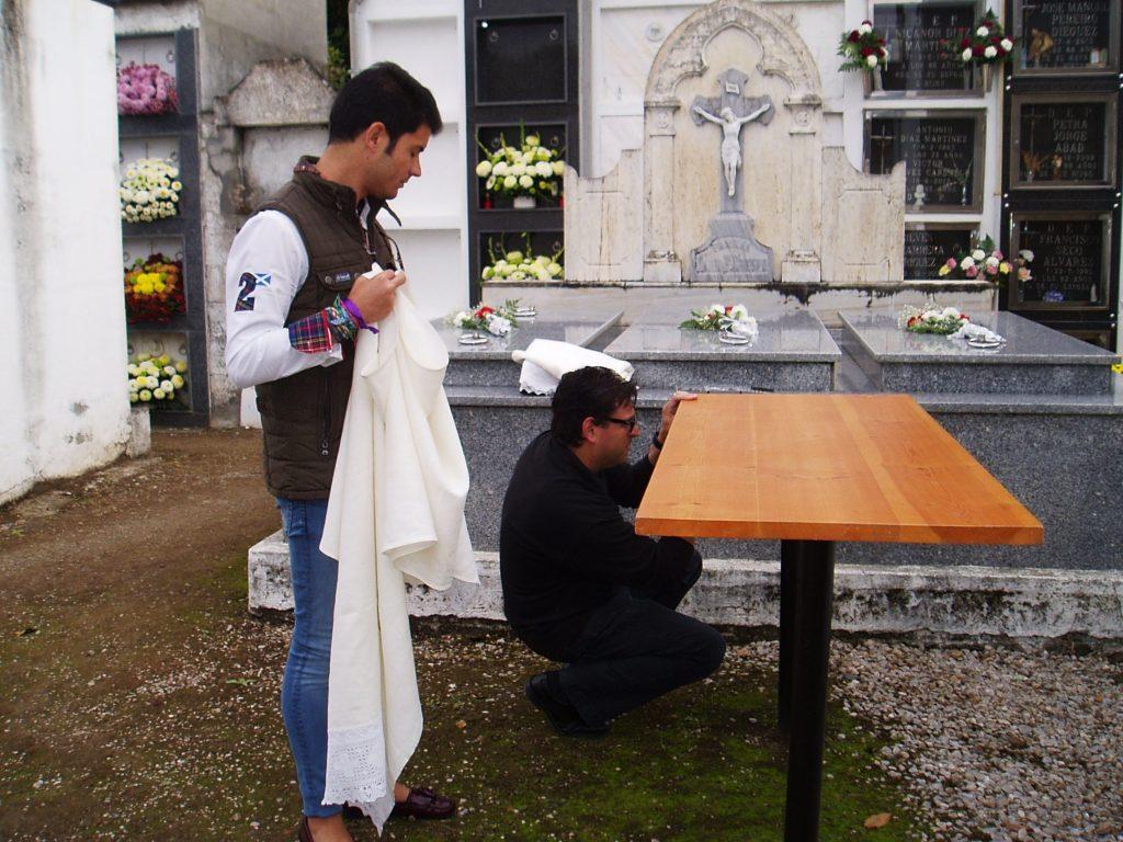 El sacristán Manuel Martínez preparando la mesa para la misa en el cementerio de A Rúa Vella