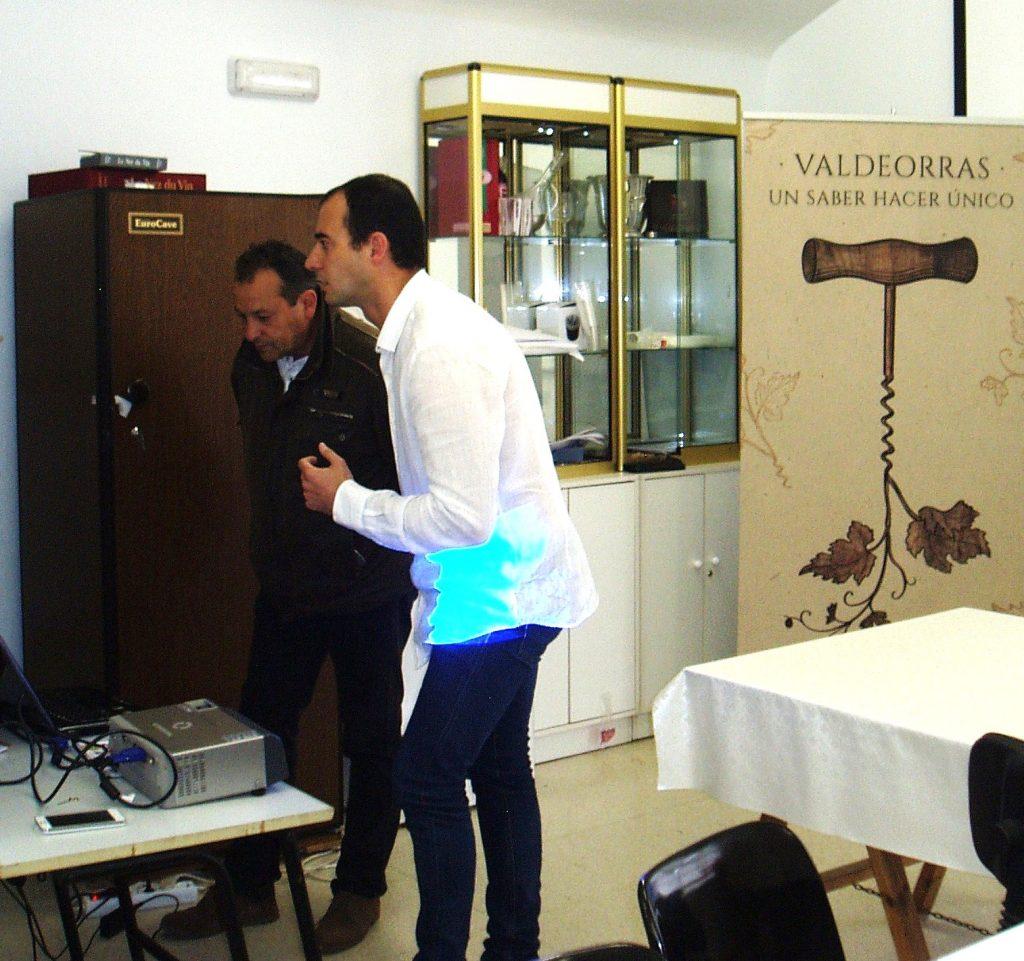 Jorge Illa explica ao alcalde de Vilamartín detalles da campaña con axuda dun portátil