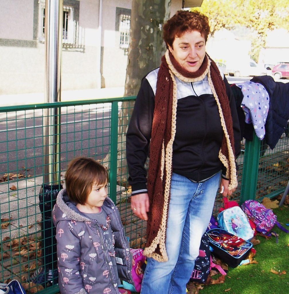 La profesora Anisia Fernández con una niña