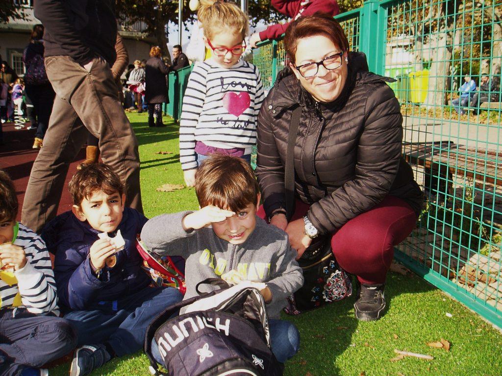 Marina, Efrén y un grupo de niños