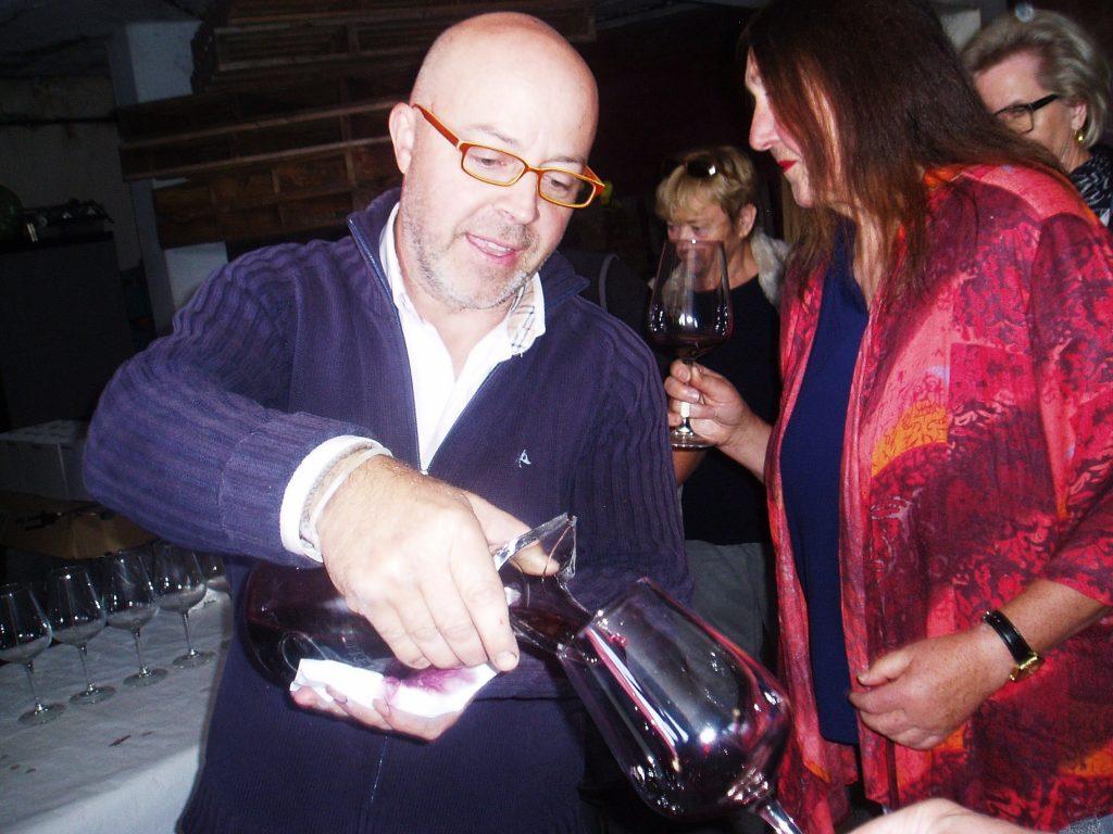 Nacho González sirviendo vino