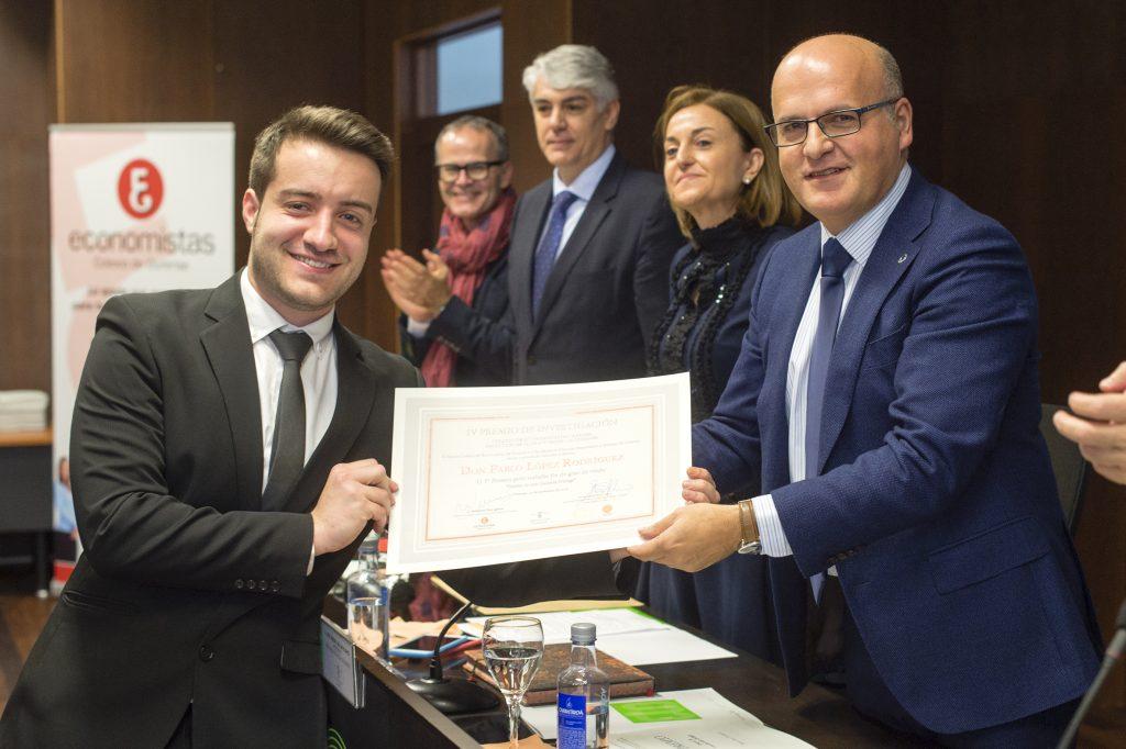 Pablo López recibe o premio de mans de Manuel Baltar