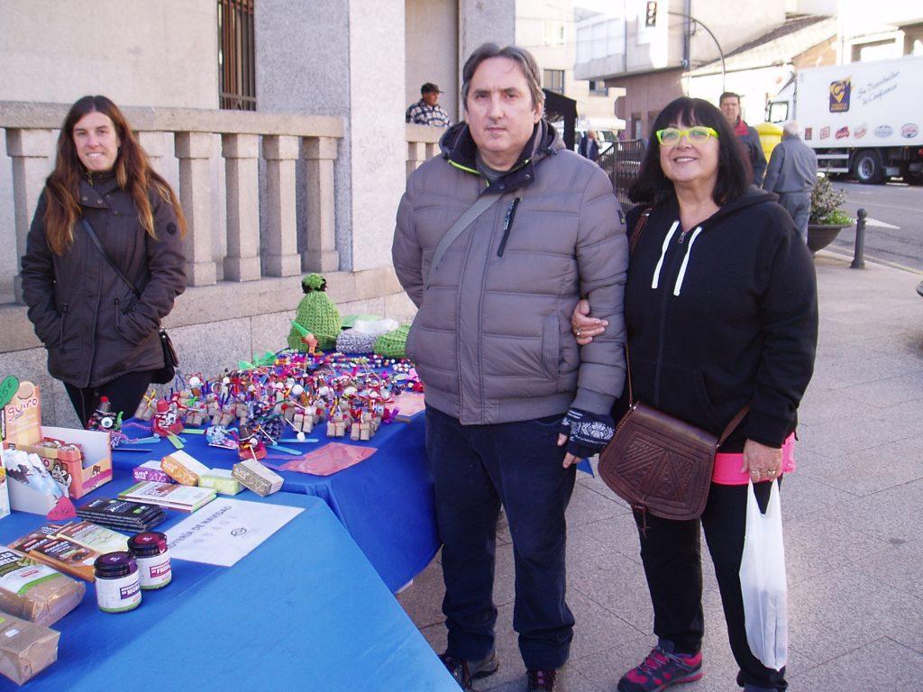 Personas solidarias que compraron en el puesto de Morea